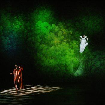 Cyrano de Bergerac a la Comédie FrançaiseMise en scéne de Denis Podalydés ,costumes de Christian Lacroix décors de Eric Ruf Françoise Gillard (Roxane)  Christian (Eric Ruf)Miche  Vuillermoz Cyrano (scéne du Baisé)